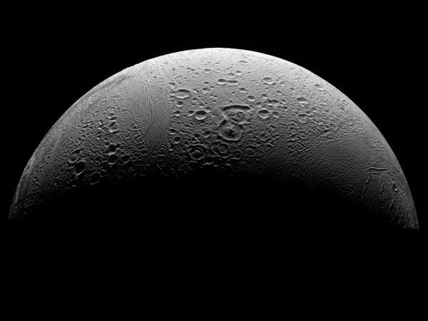 Enceladus - lodowy satelita Saturna - sfotografowany przez sondę Cassini. Zdj. NASA/JPL/Space Science Institute