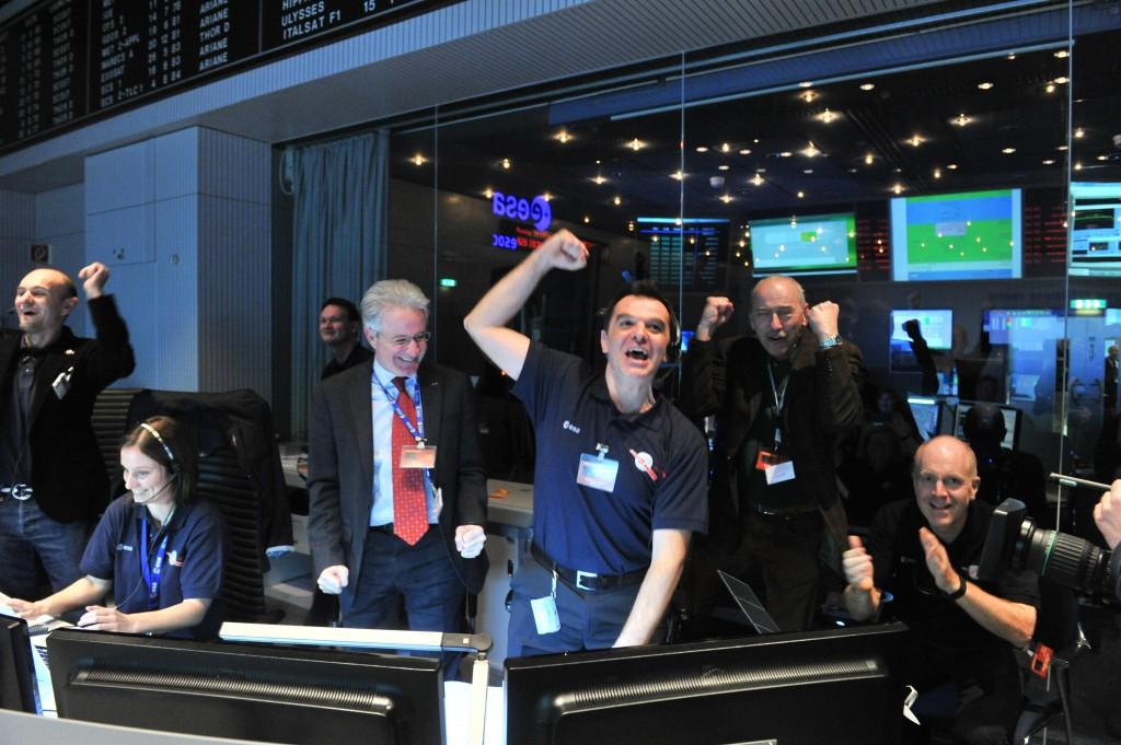 Euforia w centrum sterowania ESA w Darmstadt po otrzymaniu sygnału potwierdzającego wybudzenie Rosetty (Zdjęcie: ESA)