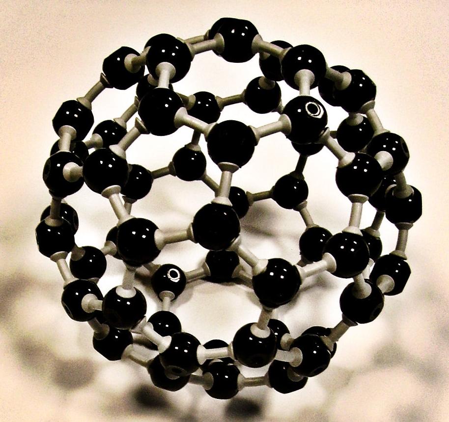 Fulereny, to cząsteczki składające się z parzystej liczby atomów węgla (C60 lub C70). Z początku wydawały się ciekawostką, ale w miarę badań nad nimi, okazało się, że mają mnóstwo niesamowitych właściwości.