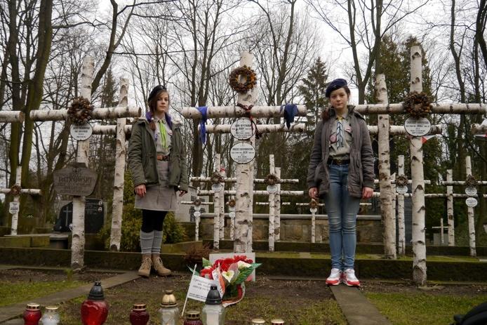 "Julia i Karolina Ingarden na grobie Rudego i Alka z ""Kamieni na szaniec"""