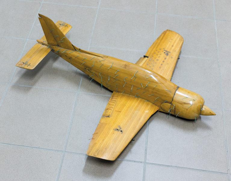 Pierwszy model samolotu Orlik do badań w tunelu aerodynamicznym Instytutu Lotnictwa. Do kadłuba mo- delu przyklejone nitki dla wizualizacji opływu powietrza oraz występujących zaburzeń. Fot. Andrzej A. Mroczek