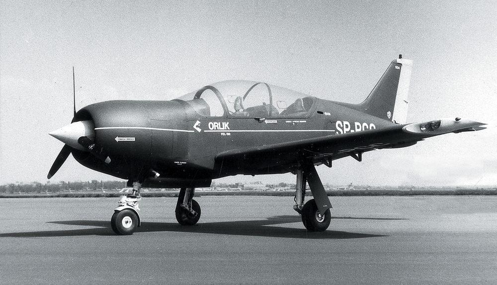 Drugi egzemplarz samolotu PZL-130 Orlik z silnikiem tłokowym M-14, przygotowany do wysyłki na Salon Paryski. Ten sam egzemplarz wysłany został później do Kanady, gdzie został wyposażony w silnik turbinowy PT6 A25, o mocy 550 KM. Fot. z archiwum Andrzeja Frydrychewicza