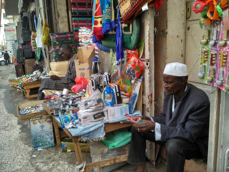 031 Dakar - ulica rankiem, mŤýczy źni modlą się, odmawiają koran