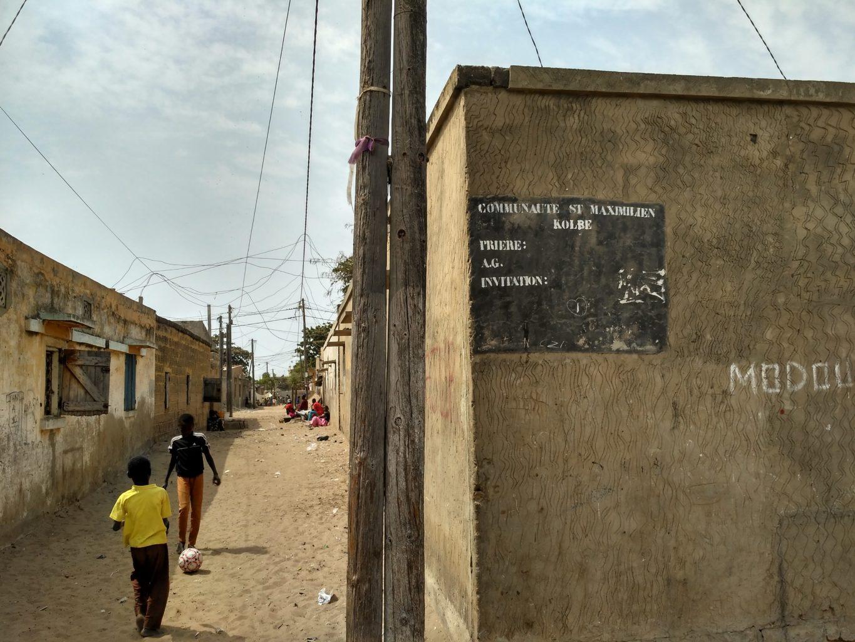 050 Dakar Thaloye, tablica informujˆc a o czasie i miejscu modlitwy (6)
