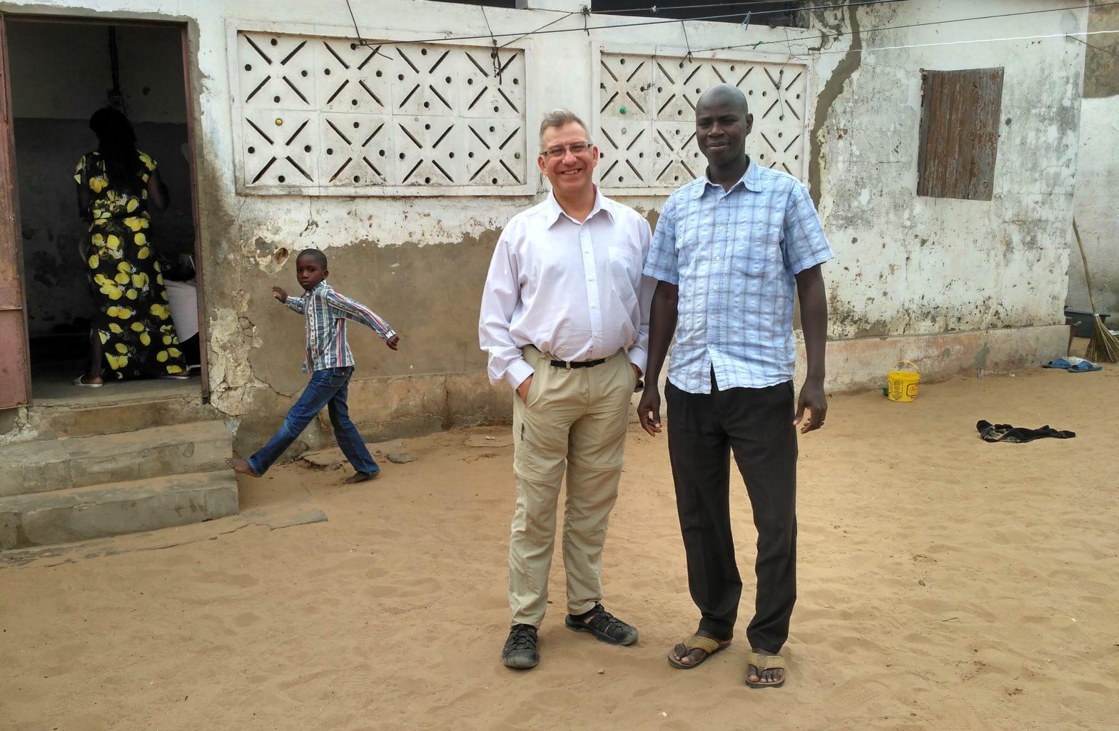 050 Dakar Thaloye , z Edmundem na po dwórku, gdzie były modlitwy Taize