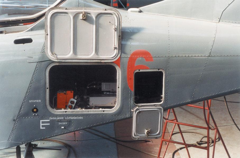 Otwarty luk w kabienie orlika z urządzeniami diagnostycznymi i stanowiskiem kontroli po locie; fot. z archiwum Andrzeja Frydrychewicza