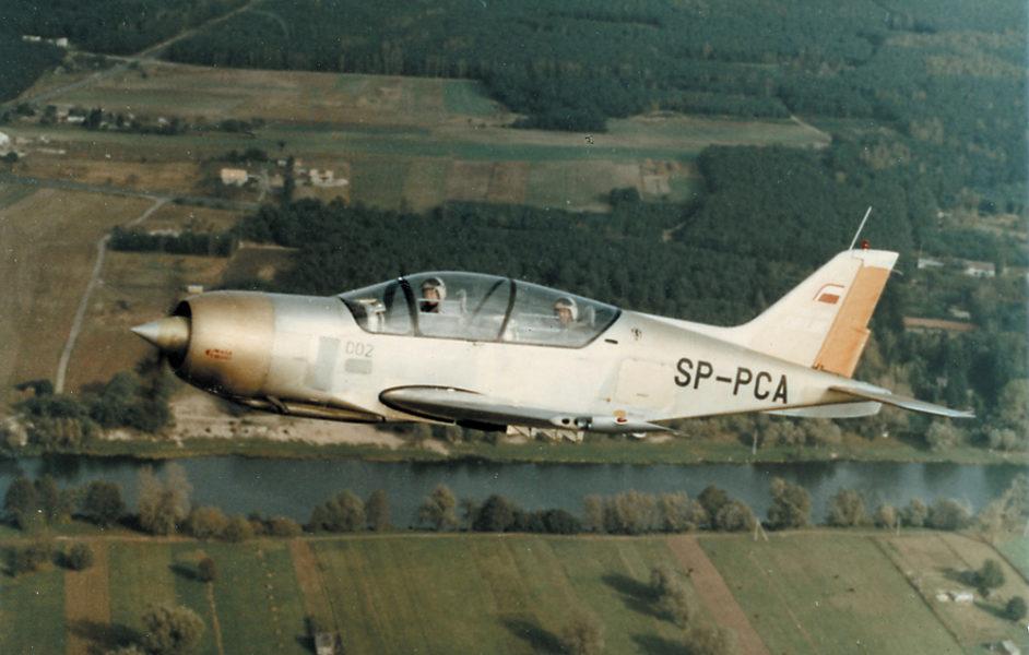 Prototyp samolotu PZL-130 Orlik pilotowany przez Witolda Łukomskiego i Stanisława Bylinkę podczas prób w locie; fot. z archiwum Andrzeja Frydrychewicza