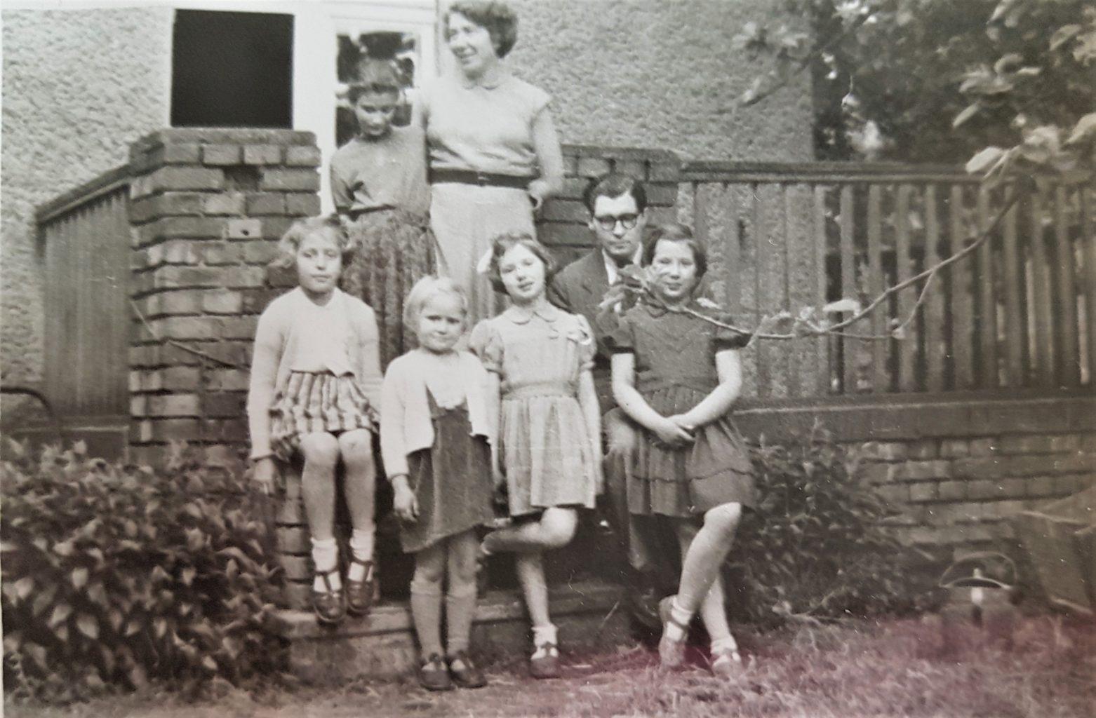 Franciszek Longchamps z córkami: starszą Kasią (na kolanach ojca) i Małgosią (w jasnej sukience z kokardą we włosach); obok Aleksandra i Krystyna Chodkiewiczówne, powyżej Leonilla Longchamps i Joasia Marczewska – córka Zofii i Edwarda Marczewskich