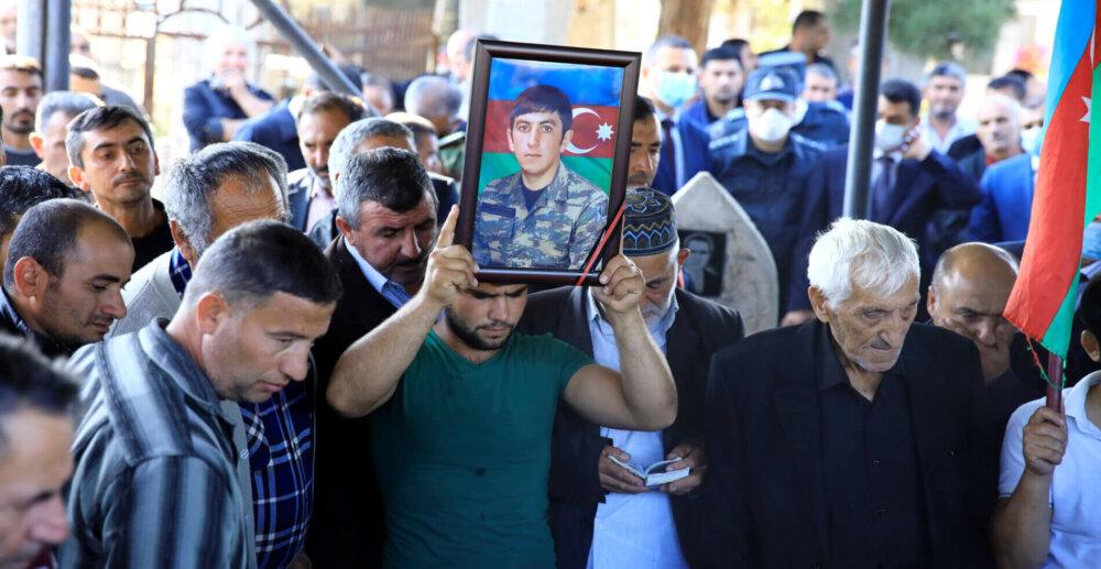 Krewni poległego żołnierza, który zginął podczas konfliktu zbrojnego o Górski Karabach, opłakują go podczas pogrzebu we wsi Sarow niedaleko miasta Barda w Azerbejdżanie 8 października 2020 roku. Fot: Umit Bektas / Reuters / Forum.